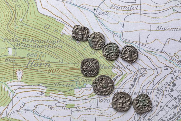 spätmerowingische Silbermünzen liegen auf der Landkarte von Wittnau