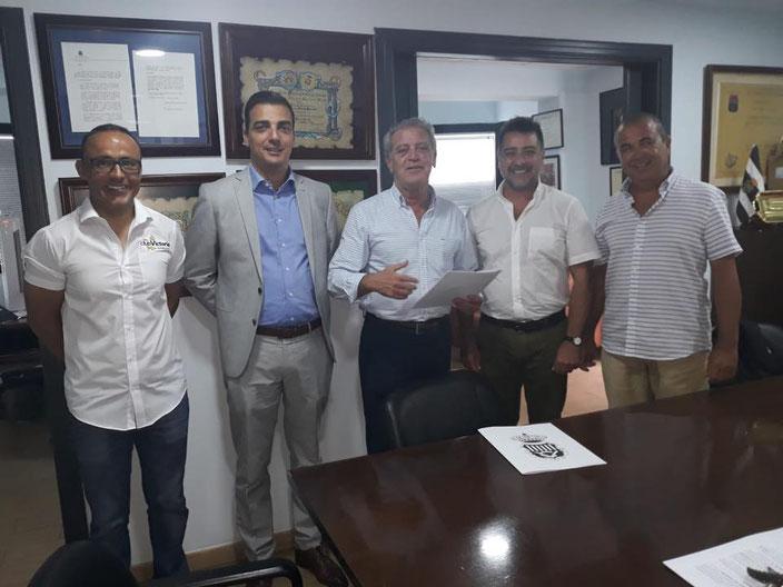 Foto de los todos los presentes en la firma del convenio