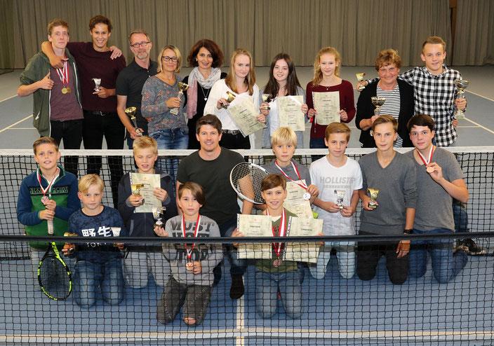 Medaillen, Pokale und Urkunden: Die Gewinner und Platzierten der Vereinsmeisterschaft freuen sich über die gelungene Tennissaison des TuS Westfalia Hombruch. (Foto: Peter Otworowski/TuS Westfalia Hombruch)