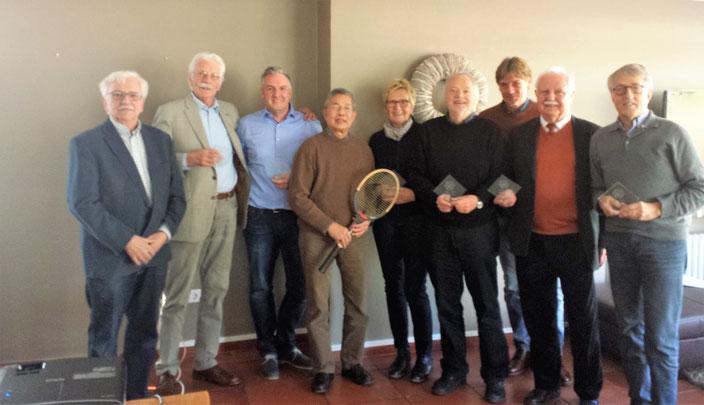 Die versammelten Jubilare 2018 mit dem Vorsitzenden Manuel Streuter (3. v.r.). Der Retro-Schläger ist ein originales Donnay Borg Pro-Racket aus den 80gern, das Gerd Ketteler (4.v.r.) für seine besonderen Verdienste der letzten Jahre um die KTG erhielt.