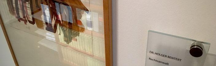 RA Dr. Bentert Bild mit Spiegelung Bücherregal