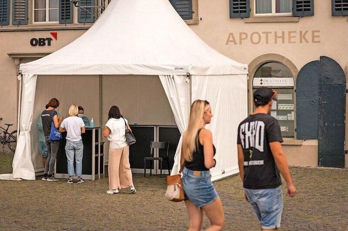 Begehrt: Bei der Bahnhof Apotheke Dr. Stoffel am Fischmarktplatz in Rapperswil sind GRATIS Corona-Schnelltests möglich. Bild Pascal Büsser/Urs Schnider