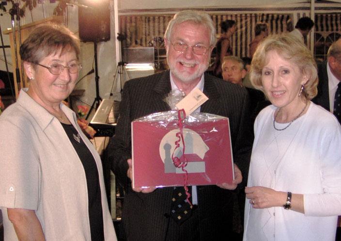 Das Foto aus dem Jahr 2004 zeigt Georg Kapfer zusammen mit Gaby Klöckler und Gerda Böser bei der Übergabe eines Präsents der Dorfgemeinschaft anlässlich seines 40-jährigen Priesterjubiläums, dessen Feier er mit dem Abschluss der Kirchenrenovierung verband