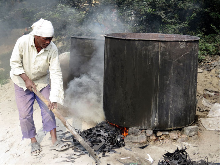 Mit alten Autoreifen wird die Wäsche erhitzt