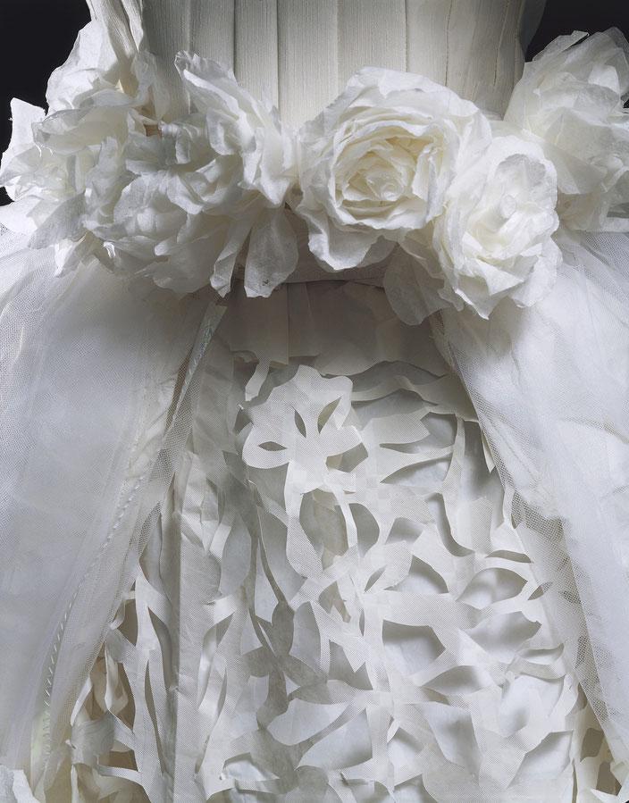 Abito da sposa interamente costruito utilizzando carta usa e getta, carta da parato e carta igienica