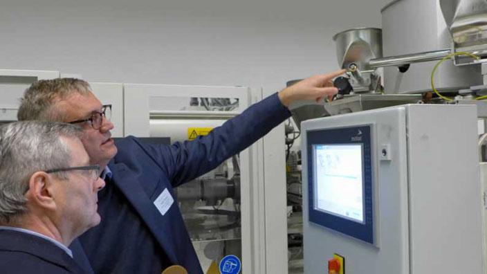 Exipnos-Geschäftsführer Peter Putsch erklärt Dr. Jürgen Ude (li.) die Dosierung der Werkstoff-Komponenten. © Exipnos