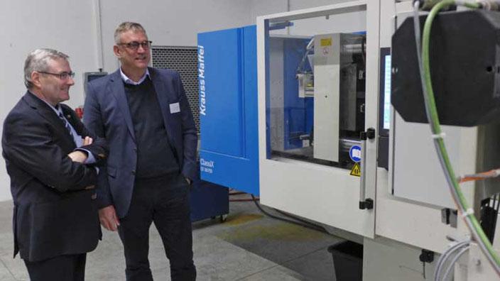Staatssekretär Dr Jürgen Ude und Exipnos-Gründer Peter Putsch verfolgen die Teilefertigung am DCIM-Prototypen.  © Exipnos