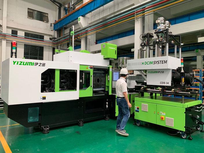 Das Compound Delivery System (CDS, rechts im Bild) kann mit wenig Aufwand an Spritzgießmaschinen verschiedenster Hersteller angedockt werden. Foto: Exipnos