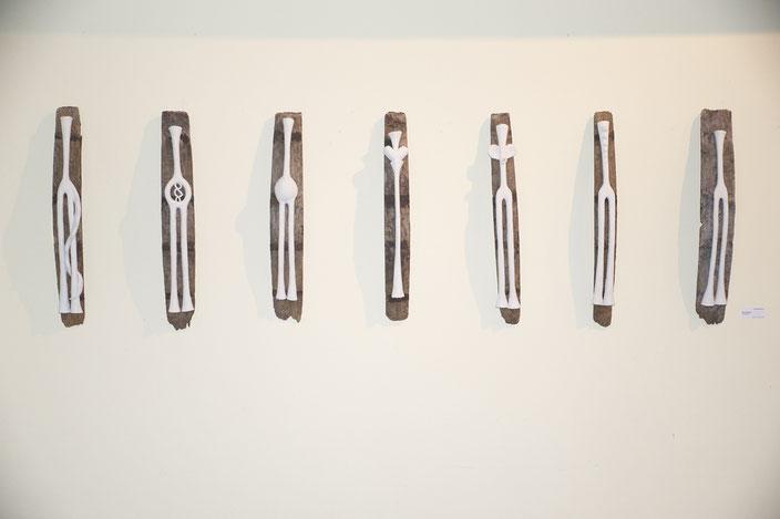 Gebogene Chakren, Ton auf Holz