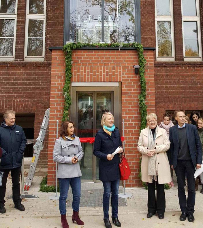 Eröffnung des Fahrstuhls am Schulgebäude der Nürnberger Straße im letzten Jahr.