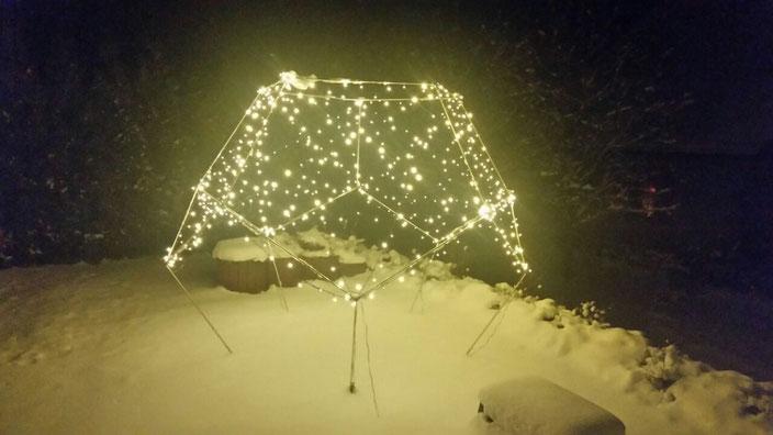 Foto: Dodekaeder im winterlichen Garten mit Lichtnetz zur weihnachtlichen Stille und Einkehr