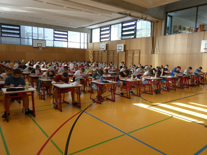 SchülerInnen schwitzen über den Abschlussprüfungen