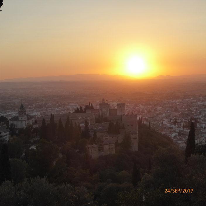 Alhambra und Granada von oben betrachtet mit Sonnenuntergang