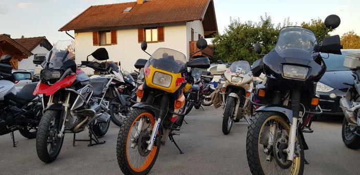 Ein Parkplatz voller Motorräder! So muss das sein!
