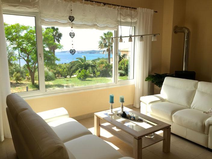 Das gemütliche Wohnzimmer mit Aussicht auf das Meer.