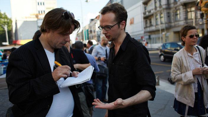 Armin Langer spricht mit einem Journalisten auf dem Flashmob der Salaam-Schalom Initiative. Foto: Gregor Zielke