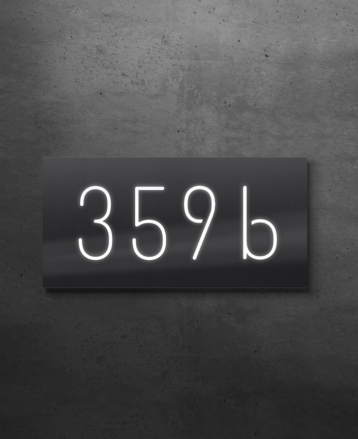 Hausnummer 458d beleuchtet in 3 mm geschliffenem Edelstahl