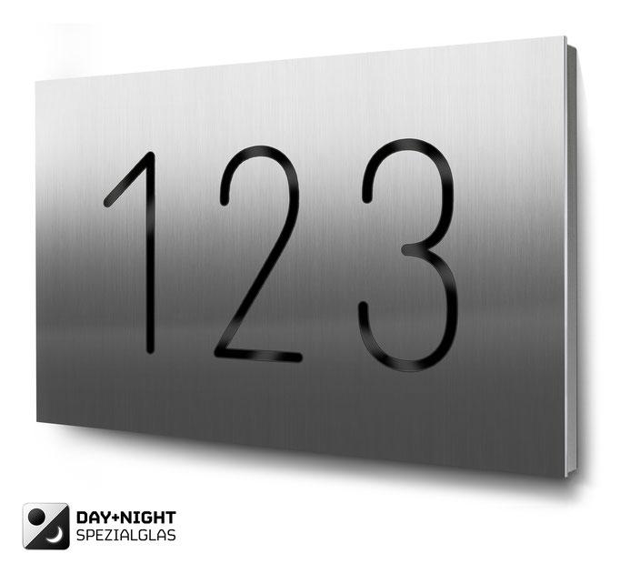 dreistellige Hausnummer beleuchtet in Edelstahl, Tagansicht