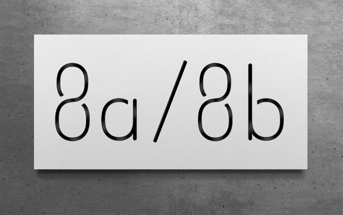 "beleuchtete Doppelhaus-Hausnummer ""8a / 8b"" in reinweiss gepulvertem Aluminium"