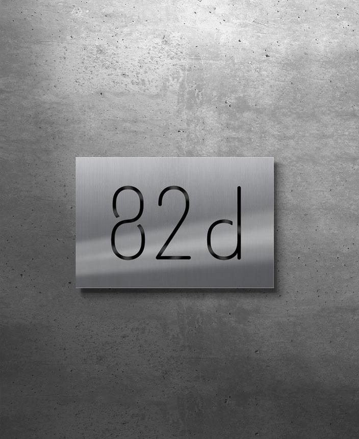 Beleuchtete Hausnummer 82d, Tagansicht