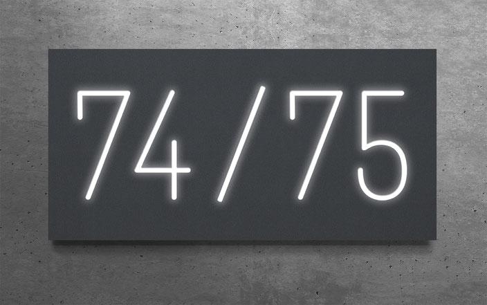"""beleuchtete Doppelhaus-Hausnummer """"74 / 75"""" in anthrazit gepulvertem Aluminium"""