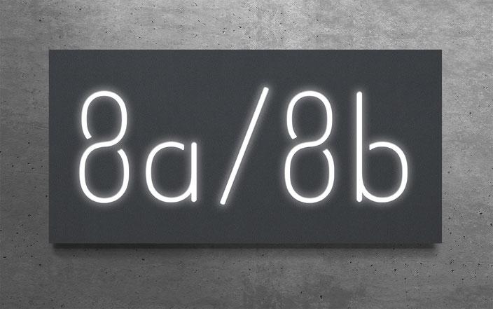 "beleuchtete Doppelhaus-Hausnummer ""8a / 8b"" in anthrazit gepulvertem Aluminium"
