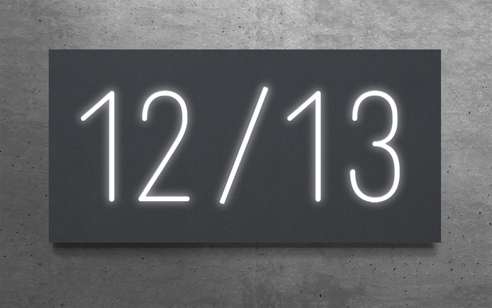 """beleuchtete Doppelhaus-Hausnummer """"12 / 13"""" in anthrazit gepulvertem Aluminium"""
