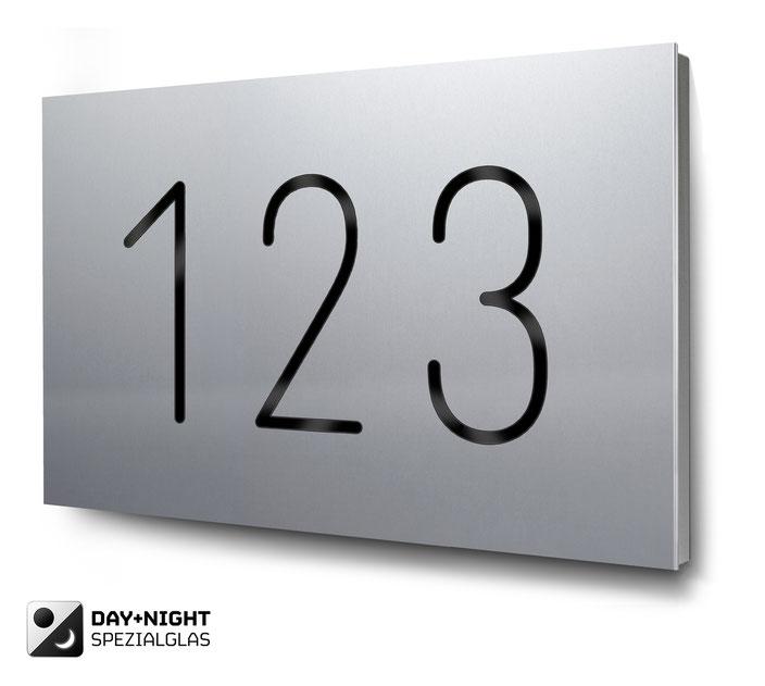 dreistellige Hausnummer beleuchtet in Aluminium, Tagansicht