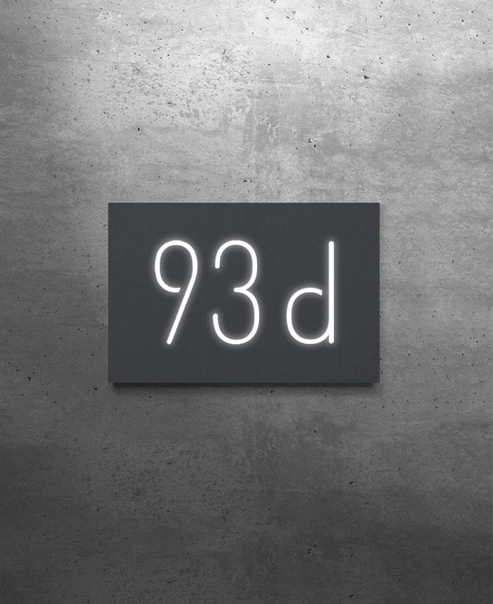 Beispiel für eine dreistellige Hausnummer beleuchtet in Aluminium anthrazit pulverbeschichtet