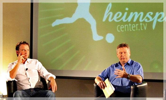"""Ralf Friedrichs bei der Moderation des """"Heimspiel Fußball-Talks"""", links sein Gast Thomas Wagner, damals Sky, heute RTL."""