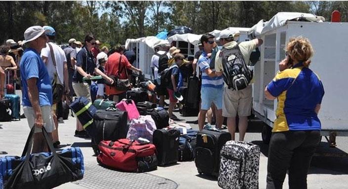 グラッドストーンのマリーナにて、ヘロン島を退去してきた旅行者たちの写真