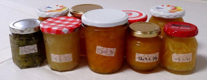 わが家の自家製ジャムたち。前列左から、キウイ、リンゴ、キンカン、ハッサク、レモン。