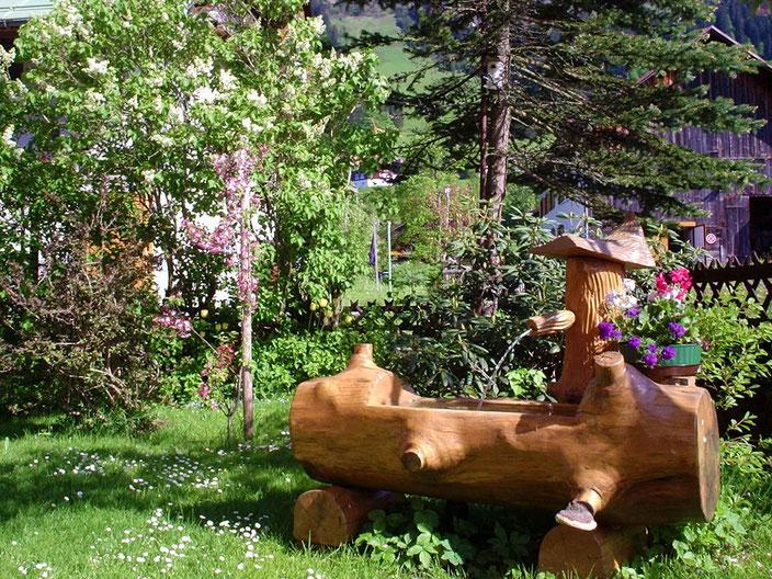Garten-Brunnen im Gästehaus Bergidyll, Ferienwohnungen in Riezlern