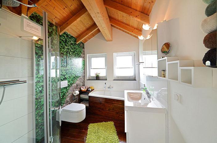 Modernes Wohlfühlbad mit Dusche und Badewanne - offen bis unters Dach