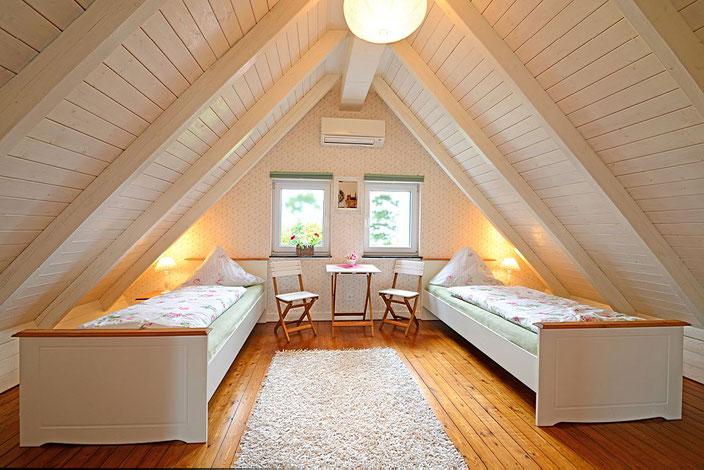 """Das """"Rosenzimmer"""" mit zwei Einzelbetten, die auch zum Doppelbett zusammengeschoben werden können"""