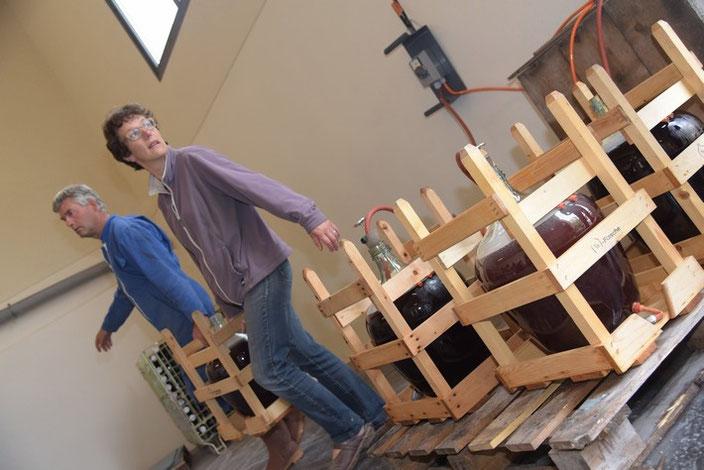 Agnès et Pascal Rousteau, à la pasteurisation du jus de raisin rouge bio.