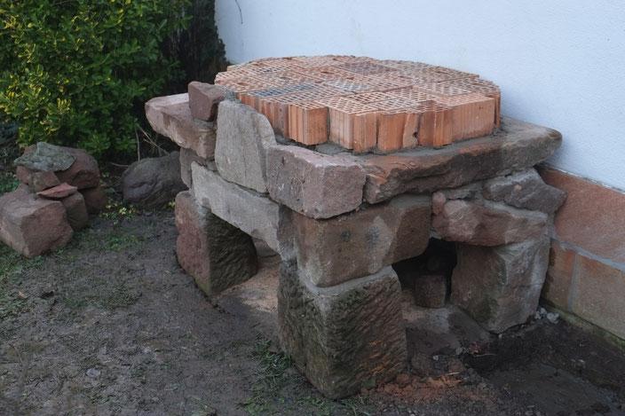 Lehmbackhofen Ofentisch untere Isolierung aus Hohlblocksteinen Sandsteintisch