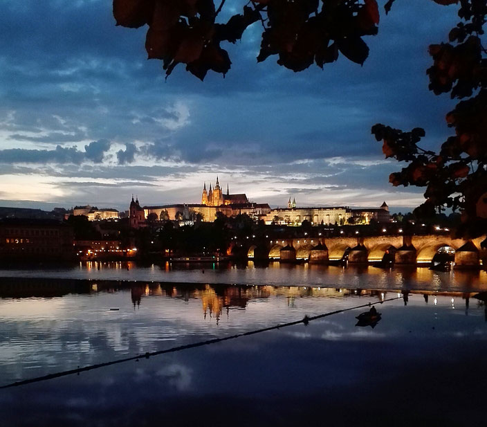 Blick auf die Prager Burg bei Nacht