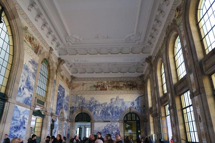 Die Bahnhofshalle in Porto