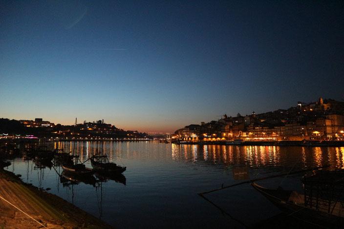 Blick auf Porto bei Nacht - Im Vordergrund die Schiffe, mit denen früher der Portwein transportiert wurde