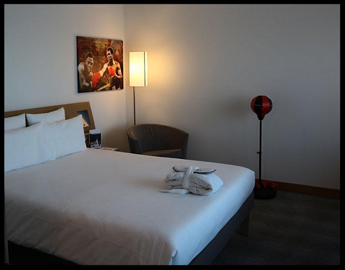 Punchingball neben dem Bett - Das findet ihr sonst in keinem anderen Hotel!