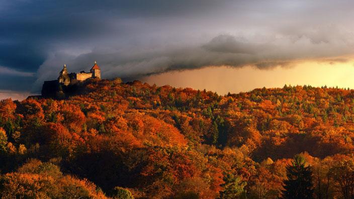 Magische Burg im Wald