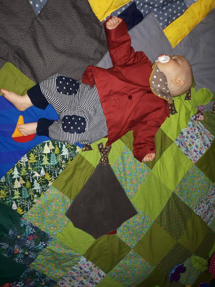 Eine ganz liebe HMPlerin hat uns eine Decke genäht. Jetzt kann das Mäuschen immer mit Pfadifeeling schlafen bzw spielen, egal wie das Wetter ist.