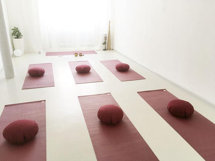 Im Kurs- und Seminarraum führe ich Sie durch klassische Entspannungsverfahren:  Achtsamkeitsübungen, Autogenes Training, Meditationen, Phantasiereisen, Progressive Muskelentspannung,Atemtechniken, Yin Yoga, Faszien Yoga, Ganzheitliches Bewegen
