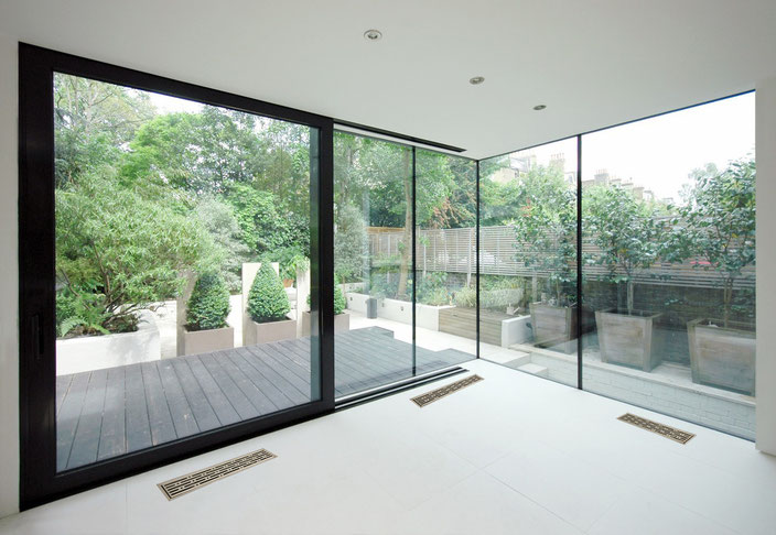 Underfloor air distribution for large size windows
