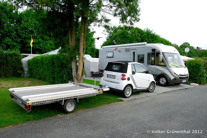 Smart mit Transportanhänger. Auf dem Campingplatz Steinrodsee in Weiterstadt Ortsteil Gräfenhausen. Wohnmobil Carthago e-Line 51QB