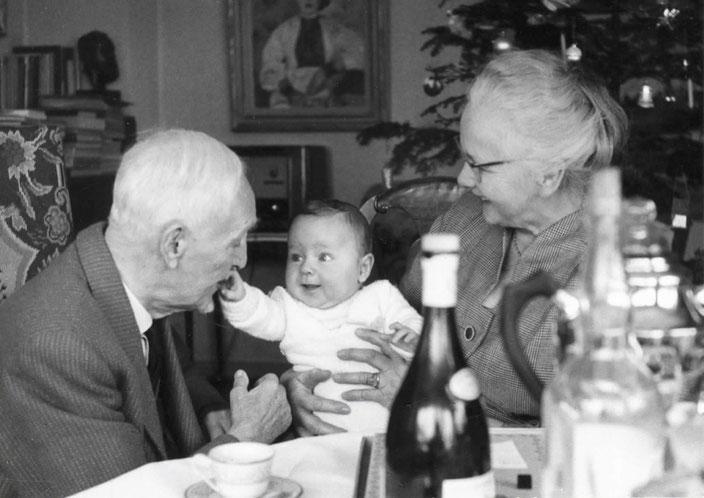 v.l.n.r. Cuno Amiet, Daniel Thalmann (Urenkel, jetziger Stiftungsratspräsident), Lydia Thalmann (Adoptivtochter), Weihnachten 1958