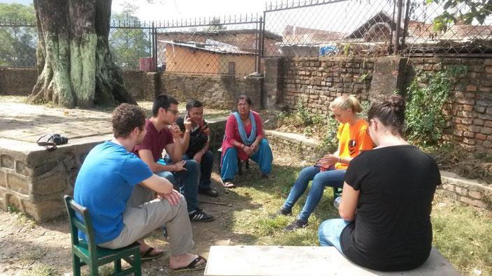 Lagebesprechung gemeinsam mit unserem nepalesischen Partner Uttam Dhungel in Dhadikot