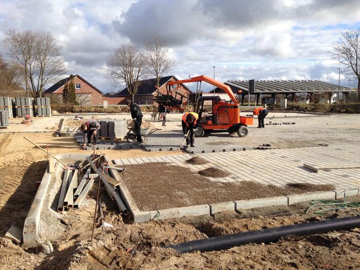 Aufbau eines Parkplatzes mit Hilfe der Pflastermaschine