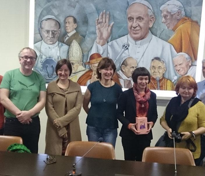 """""""Papst Franziskus überrascht uns mit seiner unkonventionellen Art fast jeden Tag aufs Neue"""", meinte Gudrun Sailer (Zweite von rechts). Wir trafen die Redakteurin von Radio Vatikan zu einem Gespräch."""